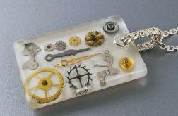Srebrny wisiorek z żywicy z częściami zegarka