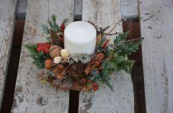 stroik z białą walcowatą świecą naturalny