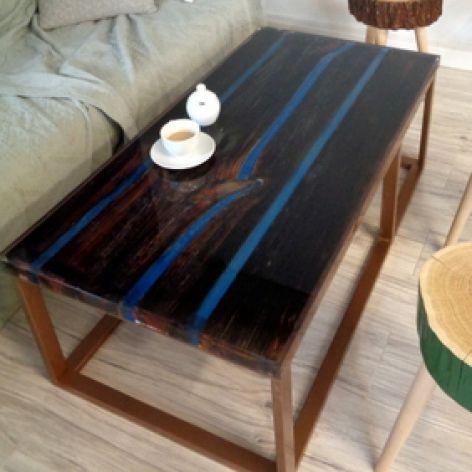 Stolik kawowy ze starych desek i żywicy