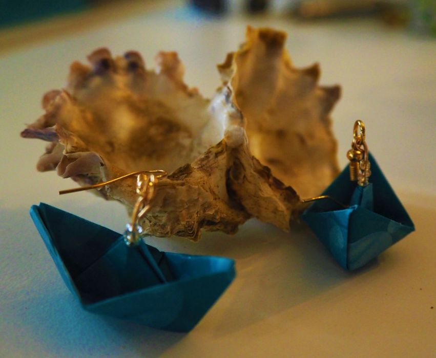 Kolczyki origami niebieskie łodki - z boku
