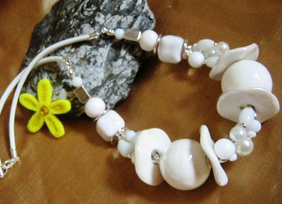 Biały naszyjnik z porcelaną i kamieniami