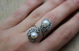 Pierścionek regulowany z perłami ze stali