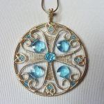 Wisior srebrny z błękitnymi kryształkami -