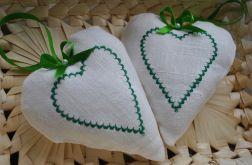 Białe seduszko z zielonym haftem