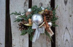 stroik z srebrna okrągłą świecą naturalny