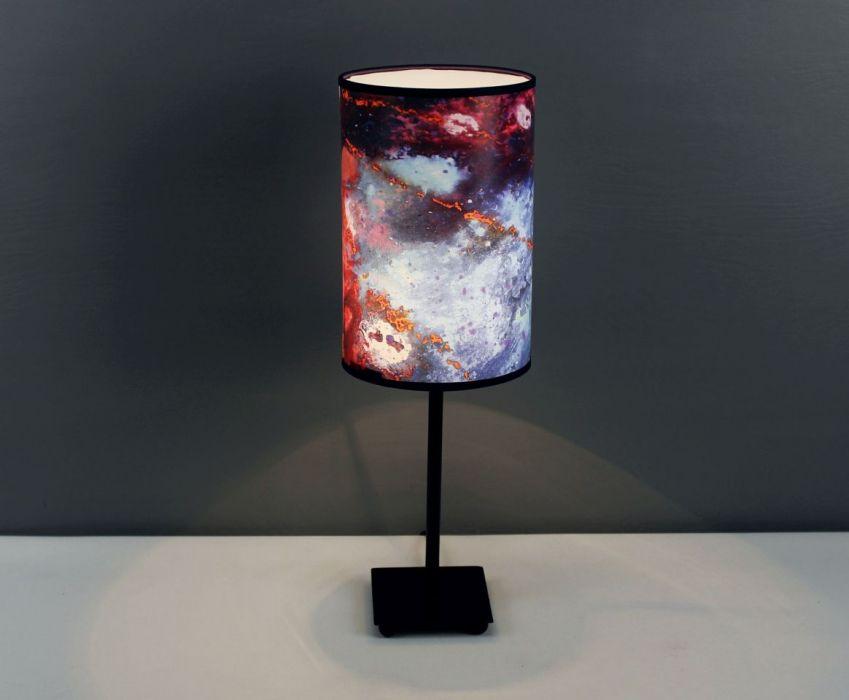 Inspirująca lampa stojąca nocna kOSMOTANY M - Lampa kOSMOTANY zaświecona