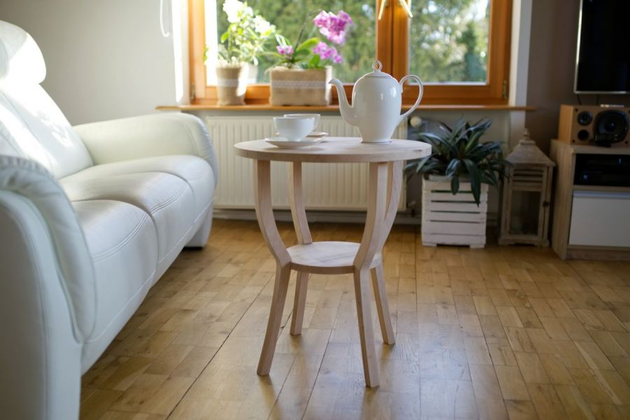 Dekoracyjny stolik kawowy z półeczką.