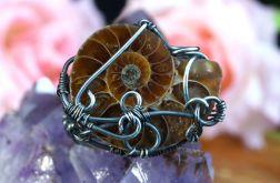 Srebrny pierścionek ze skamieliną ammonitu