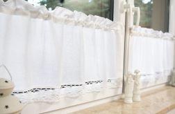 Tradycyjne białe zazdrostki, splot jak kanwa