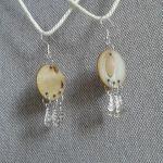 Kolczyki z  masy  perłowej z piórkami - kolczyki perłowe