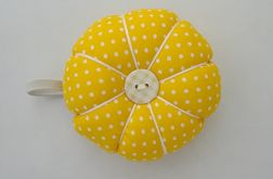Poduszka na igły igielnik żółty  w kropki