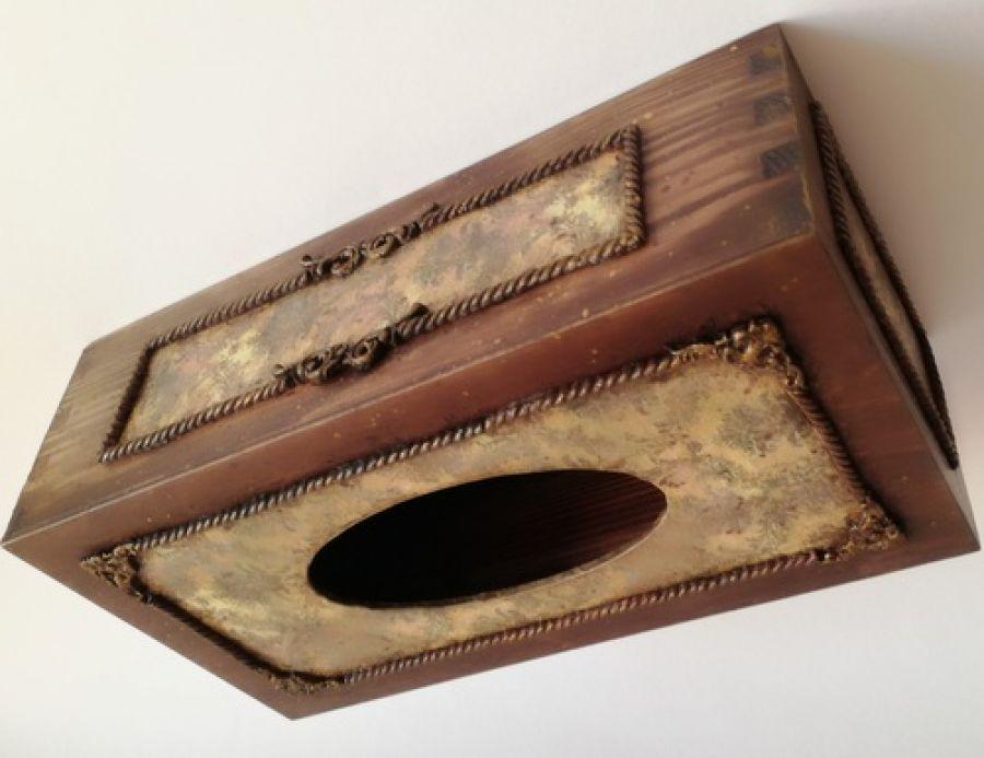 Chustecznik z delikatnymi zdobieniami - Drewniane pudełko z zdobieniami