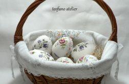 Jajka w tkaninie koszyku