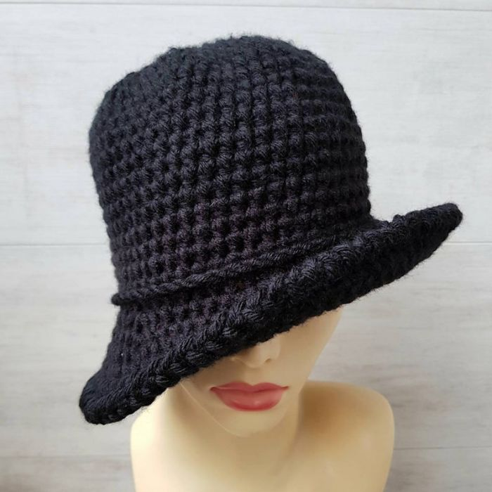 Czarny kapelusz w stylu art deco, robiony szydełkiem - bucket kapelusz