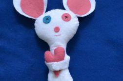 Biała myszka z sercem - maskotka z filcu