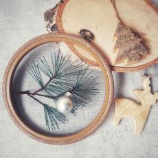 Haft na tiulu: gałązka sosny