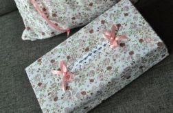 Etui na chusteczki higieniczne w różową łączkę