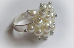 Białe perełki - pierścionek