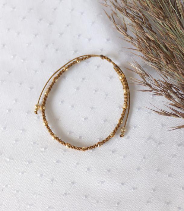 Pleciona bransoletka w kolorze brązowym  - Bransoletka brązowa ze złotymi kuleczkami