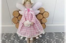 Aniołek w sukience w różową kratkę