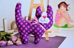 Uśmiechnięty kotek - Śliweczka - 20 cm