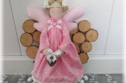 Aniołek w sukience różowej w kwiatowy wzorek