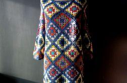 wielobarwna szydełkowa sukienka