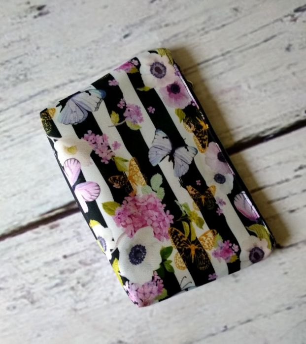 Kosmetyczka w fioletowe kwiaty