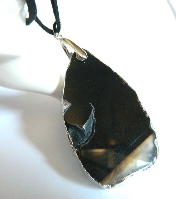 Czarny, surowy agat w srebrnej ramce, wisior