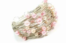 Różane perełki, len i stal szlachetna