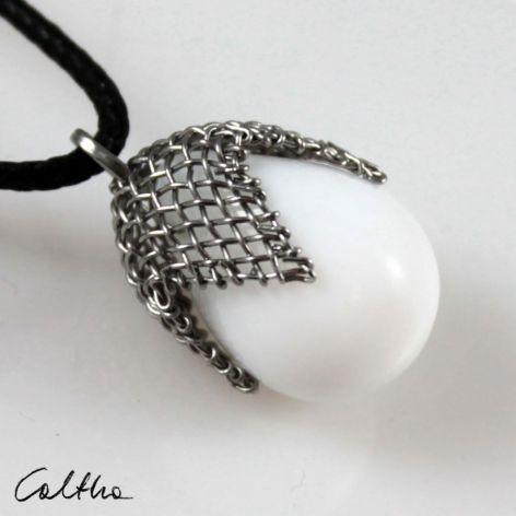 Biały w siateczce - wisior