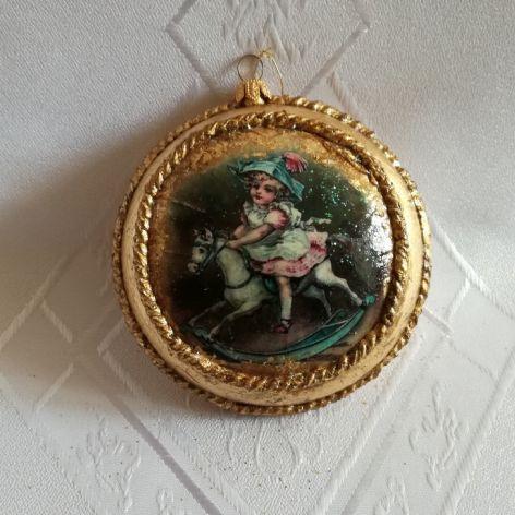 Bombka - medalion z dziewczynką i konikiem