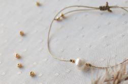 Bransoletka beżowa ze złotymi kuleczkami i perłą