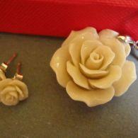 Naturalny kremowy koral - róże i srebro.