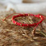 Czerwona bransoletka Relva ze złotymi koralikami - bransoletka na rękę