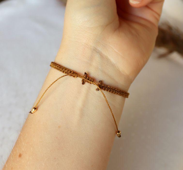 Brązowa bransoletka na rękę z kuleczkami - Pleciona makramą bransoletka na nadgarstek