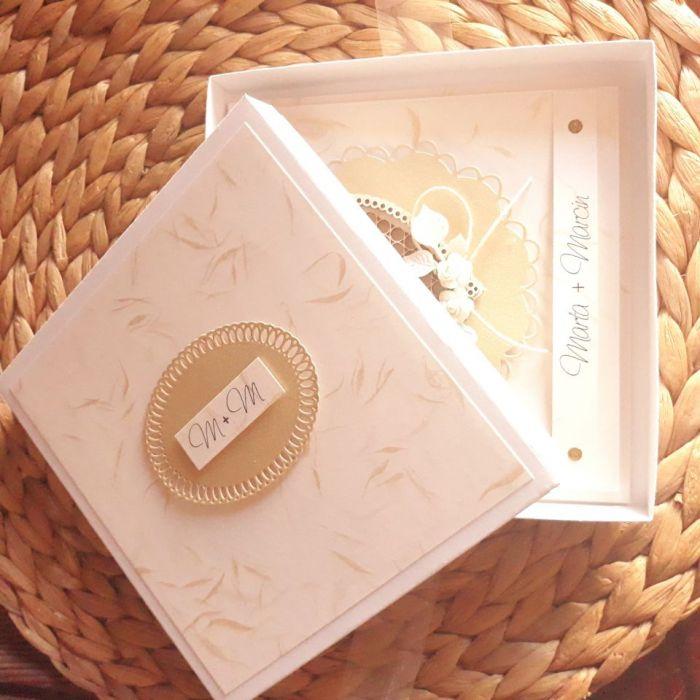 Biała ze złotem kartka ślubna w pudełku