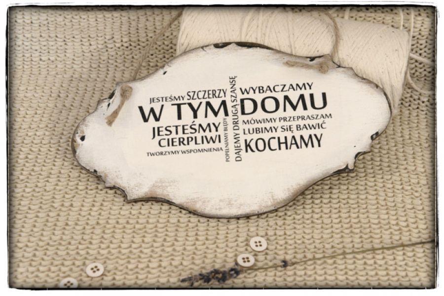 Tabliczka z napisem ~W TYM DOMU ....~ Szyld