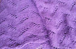 Szalik fioletowy zrobiony ażurowym wzorem