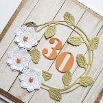 Kartka NA URODZINY z zielonym wiankiem - Kartka urodzinowa z białymi kwiatami