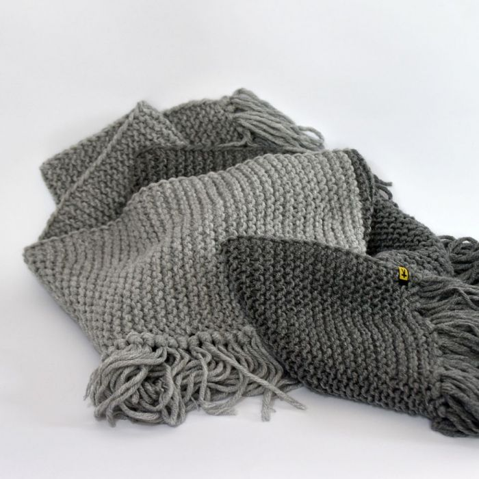 komplet czapka i szal 2 odcienie szarości - szal z frędzlami
