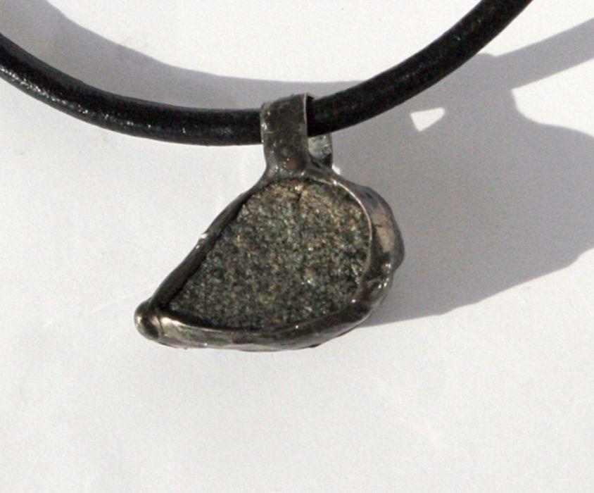 Kamienny kieł II - wisior z kamieniem