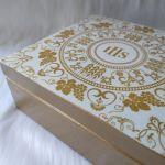 szkatułka - pamiątka I Komunii Św. wzór IHS - detale