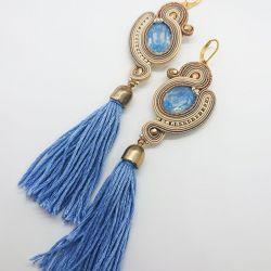 Beżowe kolczyki z niebieskimi dodatkami