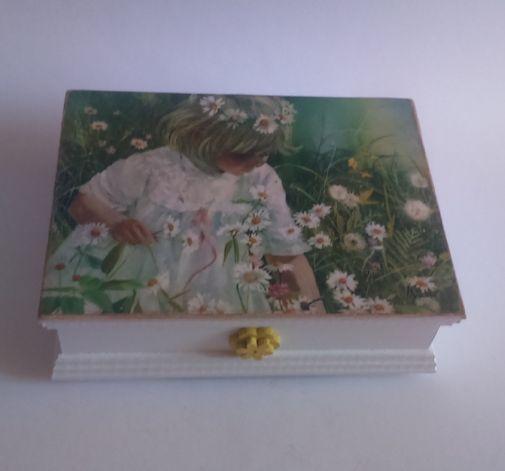 Szkatułka na biżuterię z dziewczynką