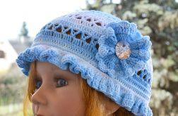 Błękitno biała czapka kapelusz