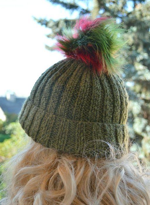 Oliwkowa czapka z kolorowym pomponem