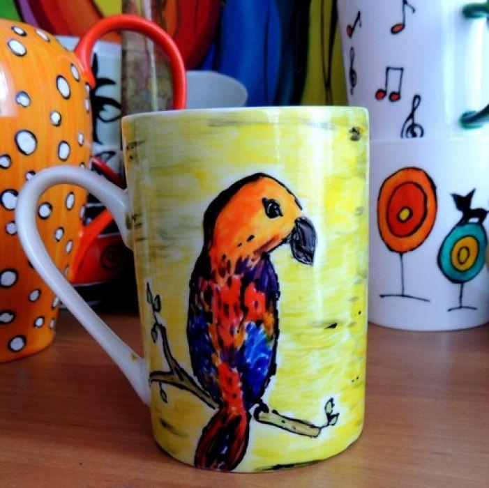 Kubeczek z kolorową papużką