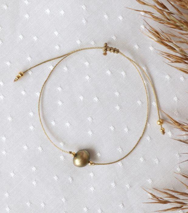 Bransoletka z zieloną perłą hodowlaną - perełka na nadgarstek na sznureczku