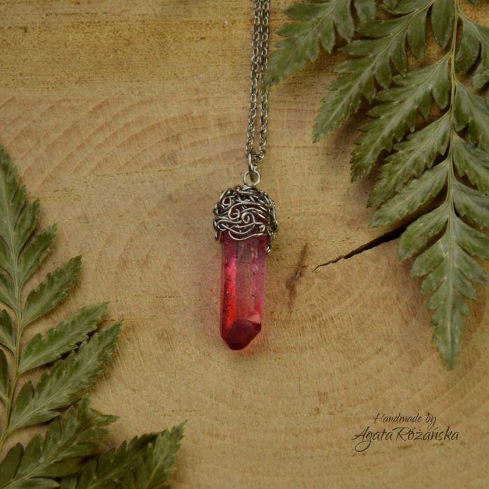 Wisiorek talizman różowo czerwony kryształ górski surowy - Wykonany techniką wire wrapping ze stali chirurgicznej